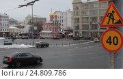 Купить «Москва, автомобили проносятся на большой скорости мимо дома на Славянской площади», эксклюзивный видеоролик № 24809786, снято 3 января 2017 г. (c) Дмитрий Неумоин / Фотобанк Лори