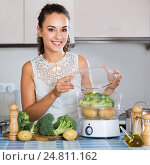 Housewife on diet cooking vegetables. Стоковое фото, фотограф Яков Филимонов / Фотобанк Лори