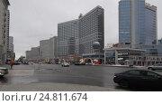 Купить «Автомобили выезжают с Новинского бульвара на Новый Арбат, город Москва. Проводка, слева на право», эксклюзивный видеоролик № 24811674, снято 3 января 2017 г. (c) Дмитрий Неумоин / Фотобанк Лори