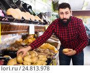 Купить «male seller moving fresh vegetables», фото № 24813978, снято 15 ноября 2016 г. (c) Яков Филимонов / Фотобанк Лори