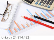 Купить «Графики, диаграммы, калькулятор и ручка. Бизнес-натюрморт», эксклюзивное фото № 24814482, снято 5 января 2017 г. (c) Юрий Морозов / Фотобанк Лори