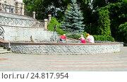 Купить «Дети играют у фонтана возле государственного академического театра кукол в солнечный день (г.Киев, Украина)», видеоролик № 24817954, снято 17 июня 2016 г. (c) FMRU / Фотобанк Лори