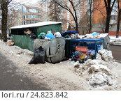 Купить «Свалка мусора у помойки. Улица Средняя Первомайская. Район Измайлово. Москва», эксклюзивное фото № 24823842, снято 22 декабря 2016 г. (c) lana1501 / Фотобанк Лори