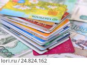 Купить «Кредитные карточки и деньги», эксклюзивное фото № 24824162, снято 6 января 2017 г. (c) Юрий Морозов / Фотобанк Лори