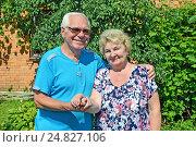Купить «Пожилая пара на фоне сада и дома летом на даче», фото № 24827106, снято 6 августа 2016 г. (c) Ирина Носова / Фотобанк Лори