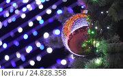 Купить «Большой новогодний шар висит на елке, на заднем плане размытые огни гирлянды», видеоролик № 24828358, снято 8 января 2017 г. (c) Иванов Алексей / Фотобанк Лори