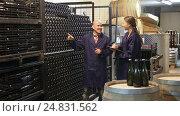 Купить «winery worker taking notes while male one», видеоролик № 24831562, снято 7 сентября 2016 г. (c) Яков Филимонов / Фотобанк Лори