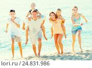 Купить «Parents with children walk on beach», фото № 24831986, снято 7 июля 2020 г. (c) Яков Филимонов / Фотобанк Лори