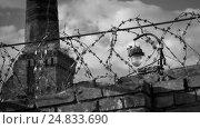 Фонарь, забор из колючей проволоки и труба. Стоковое фото, фотограф Станислав Краснов / Фотобанк Лори