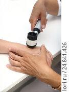 Врач дерматолог проводит осмотр при помощи дермотоскопа. Стоковое фото, фотограф Ваганова Наталья / Фотобанк Лори