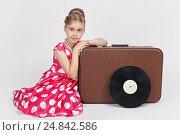 Купить «Одетая в ретро стиле девочка сидит около старого чемодана», фото № 24842586, снято 27 ноября 2016 г. (c) Галина Михалишина / Фотобанк Лори