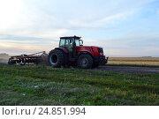"""Купить «Трактор """"Беларус"""" на просёлочной дороге», фото № 24851994, снято 7 августа 2016 г. (c) Наталья Уварова / Фотобанк Лори"""