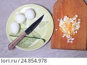 Вареные яйца на тарелке и нож. Стоковое фото, фотограф Яна Королёва / Фотобанк Лори