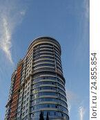 Купить «Новый жилой высотный дом на фоне голубого неба», фото № 24855854, снято 15 октября 2016 г. (c) DiS / Фотобанк Лори
