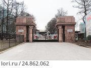 Купить «Ворота на территорию музея Московской железной дороги», эксклюзивное фото № 24862062, снято 18 апреля 2012 г. (c) Алёшина Оксана / Фотобанк Лори
