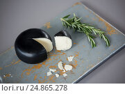 Купить «Gouda cheese with rosemary leaves on chopping board», фото № 24865278, снято 16 сентября 2016 г. (c) Wavebreak Media / Фотобанк Лори