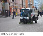 Подметально-уборочная машина Bucher CITYCAT 2020 на Старом Арбате в Москве (2015 год). Редакционное фото, фотограф Мартынов Антон / Фотобанк Лори