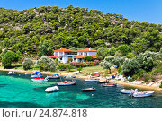 Boats and yachts moored near the villa in a secluded location on the Aegean sea (2012 год). Стоковое фото, фотограф Роман Лысогор / Фотобанк Лори