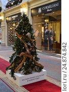 """Купить «Новогодняя дизайнерская елочка от компании """"Jaguar Land Rover"""", украшена в стиле британских брендов на первой линии ГУМа в Москве», эксклюзивное фото № 24874842, снято 11 января 2017 г. (c) lana1501 / Фотобанк Лори"""