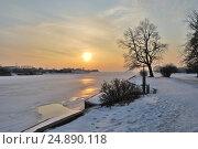 Купить «Красивый золотой закат в зимнем парке», фото № 24890118, снято 6 марта 2009 г. (c) Татьяна Савватеева / Фотобанк Лори