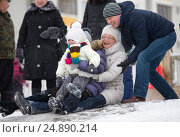 Семья на снежной горке (2016 год). Редакционное фото, фотограф Лазаренко Светлана / Фотобанк Лори