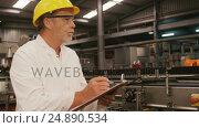 Купить «Engineer maintaining record in clipboard», видеоролик № 24890534, снято 17 февраля 2020 г. (c) Wavebreak Media / Фотобанк Лори