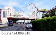 Купить «Американские горки возле отеля-казино Нью-Йорк - Нью-Йорк (г. Лас-Вегас, США)», видеоролик № 24899810, снято 21 января 2017 г. (c) FMRU / Фотобанк Лори