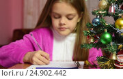Купить «Девочка пишет письмо санта клаусу, фокусировка на елочке перед ней», видеоролик № 24902442, снято 16 января 2017 г. (c) Иванов Алексей / Фотобанк Лори