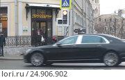Купить «Москва, автомобили едут на Покровке», эксклюзивный видеоролик № 24906902, снято 19 января 2017 г. (c) Дмитрий Неумоин / Фотобанк Лори