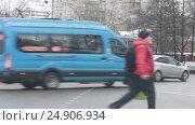 Купить «Москва, городской транспорт съезжает с Измайловского шоссе на Семёновскую площадь», эксклюзивный видеоролик № 24906934, снято 19 января 2017 г. (c) ДеН / Фотобанк Лори