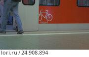 Купить «Bottom view of peoples legs, that going in and out the train in the subway station, Frankfurt am Main, Germany», видеоролик № 24908894, снято 4 ноября 2016 г. (c) Данил Руденко / Фотобанк Лори