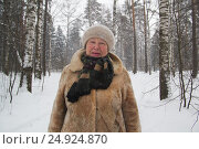Купить «Portrait of senior woman fur coat and hat standing in cold winter snow covered forest», фото № 24924870, снято 21 января 2017 г. (c) Константин Шишкин / Фотобанк Лори