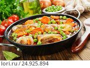 Мясо, тушеное с зеленым горошком в томатном соусе. Стоковое фото, фотограф Надежда Мишкова / Фотобанк Лори