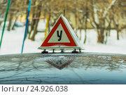 Купить «Знак «Учебное транспортно средство» на крыше легкового автомобиля», фото № 24926038, снято 23 сентября 2012 г. (c) Сергеев Валерий / Фотобанк Лори