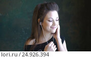 A beautiful young girl dancing to the music. Use headphones. The slow sensual dance, видеоролик № 24926394, снято 21 января 2017 г. (c) Игорь Усачев / Фотобанк Лори