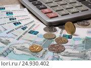 Купюры номиналом 1000 рублей, монеты и калькулятор. Стоковое фото, фотограф Яна Королёва / Фотобанк Лори