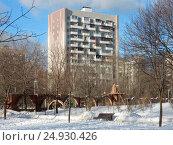 Купить «Четырнадцатиэтажный одноподъездный блочный жилой дом серии И-209, построен в 1970 году. Проезд Шокальского, 57, корпус 2. Район Северное Медведково. Москва», эксклюзивное фото № 24930426, снято 21 января 2017 г. (c) lana1501 / Фотобанк Лори