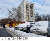Купить «Девятиэтажный одноподъездный панельный жилой дом серии П-18/22, построен в 1965 году. Универсам «СамБери». 15-я Парковая улица, 40, корпус 1. Район Северное Измайлово. Москва», эксклюзивное фото № 24946550, снято 17 января 2017 г. (c) lana1501 / Фотобанк Лори
