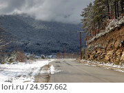 Купить «Зимняя дорога в горах», фото № 24957662, снято 8 января 2017 г. (c) Татьяна Ляпи / Фотобанк Лори