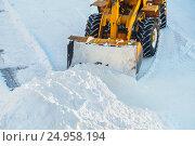 Купить «Уборка снега техникой», фото № 24958194, снято 13 декабря 2016 г. (c) Икан Леонид / Фотобанк Лори