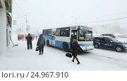 Купить «Люди садятся в городской автобус во время снегопада», видеоролик № 24967910, снято 12 января 2017 г. (c) А. А. Пирагис / Фотобанк Лори