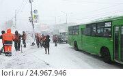 Купить «Рабочие коммунальных служб чистят тротуар от снега во время метели», видеоролик № 24967946, снято 12 января 2017 г. (c) А. А. Пирагис / Фотобанк Лори