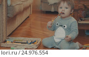 Little baby playing on the floor with a color pencils. Стоковое видео, видеограф Chudakov_Ivan / Фотобанк Лори
