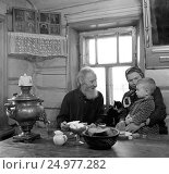 Купить «Семья в сельском доме сидит за столом с самоваром», фото № 24977282, снято 23 января 2018 г. (c) Борис Кавашкин / Фотобанк Лори