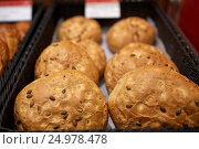 Купить «close up of bread at bakery or grocery store», фото № 24978478, снято 2 ноября 2016 г. (c) Syda Productions / Фотобанк Лори