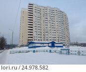 Купить «Многосекционный панельный жилой дом разной этажности серии И-155-С, построен в 2006 году. Курганская улица, 3. Район Гольяново. Москва», эксклюзивное фото № 24978582, снято 9 января 2017 г. (c) lana1501 / Фотобанк Лори