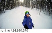 Купить «Snowboarder looking around the beautiful snowy forest and sky», видеоролик № 24990570, снято 28 января 2017 г. (c) Сергей Кальсин / Фотобанк Лори