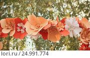 Купить «Artificial red flowers on a wedding arch. Autumn theme.», видеоролик № 24991774, снято 22 января 2017 г. (c) Mikhail Davidovich / Фотобанк Лори