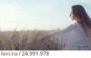 Купить «Beautiful woman in a field», видеоролик № 24991978, снято 24 января 2020 г. (c) Raev Denis / Фотобанк Лори