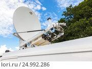 Купить «Спутниковая антенна смонтирована на крыше автомобиля. Мобильная телевизионная станция», фото № 24992286, снято 23 апреля 2018 г. (c) FotograFF / Фотобанк Лори